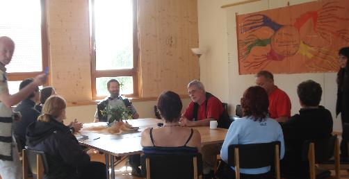 Gespräch in der Kommune Niederkaufungen